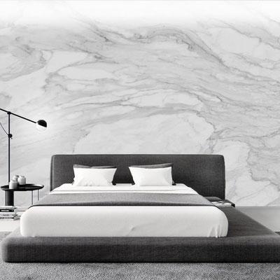 Miegamojo siena iš balto marmuro su pilkomis gyslomis
