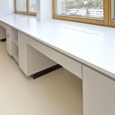 Plati palangė iš balto akrilinio akmens sumontuota ant svetainės baldų / gamintojas - Gforma