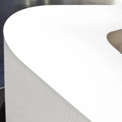 Registratūra iš akrilinio akmens su klostėmis frezuotu šonu / gamintojas: Gforma