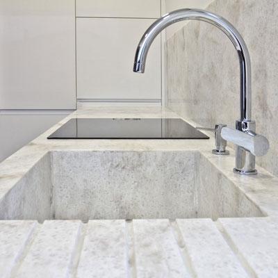 Virtuvės stalviršis iš akrilinio akmens su įmontuota plautuve ir išfrezuotais vandens nubėgimo grioveliais / gamintojas: Gforma