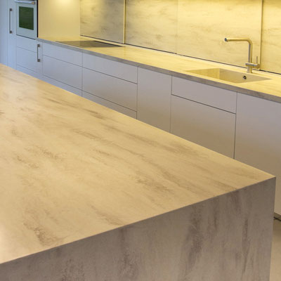 Virtuvės stalviršis, sala ir sienelė iš šviesaus akrilinio akmens / gamintojas - Gforma