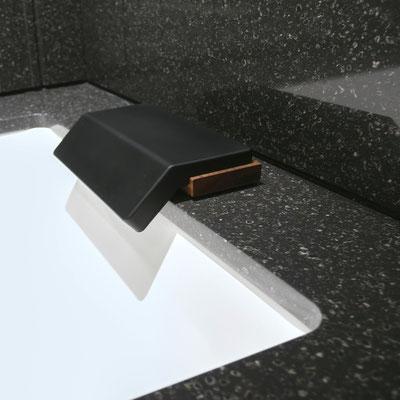 Keraminė vonia su akrilinio akmens apdaila ir sienomis nuo purslų / gamintojas - Gforma