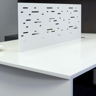 Baltas biuro darbastalis su skylutėmis išfrezuota skiriamąja sienele iš akrilinio akmens / gamintojas - Gforma
