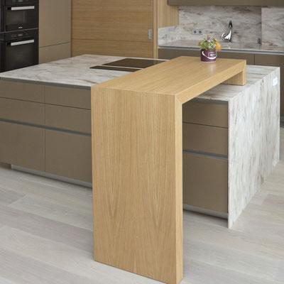 Virtuvės sala iš akrilinio akmens su įmontuota kaitlente ir stalviršis su sienele / gamintojas: Gforma