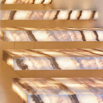 Iš vidaus apšviesti balto onikso laiptai su rudomis juostomis