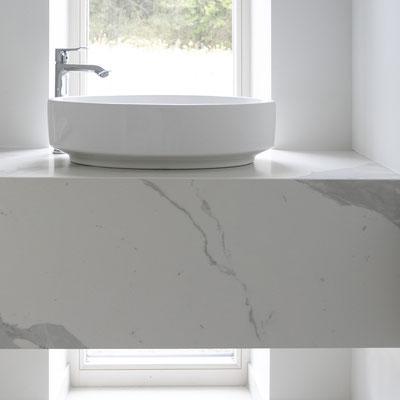 Vonios kambario baldas iš keraminio akmens laminam
