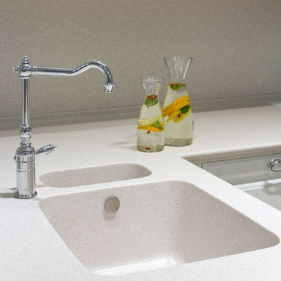 Akrilinio akmens virtuvės stalviršyje įmontuota dviguba tos pačios medžiagos plautuvė