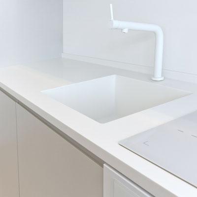 Baltas akrilinio akmens stalviršis su borteliu prie sienos ir tos pačios medžiagos plautuve sujungtas be siūlių / gamintojas: Gforma