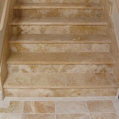 Laiptai iš natūralaus travertino akmens