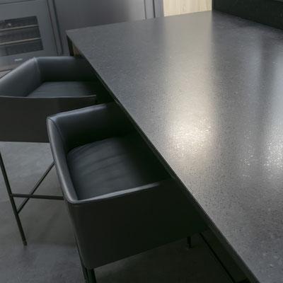Juodo keraminio akmens stalas-baras virtuvėje