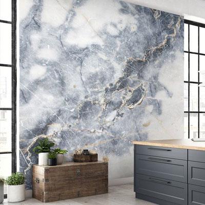 Marmurinė siena su melsvai pilkus debesis primenančiu piešiniu