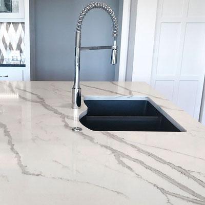 Virtuvės sala iš balto marmuro su juodomis gyslomis
