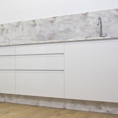 Virtuvės baldai su akrilinio akmens stalviršiu, sienele ir cokoliu / gamintojas: Gforma
