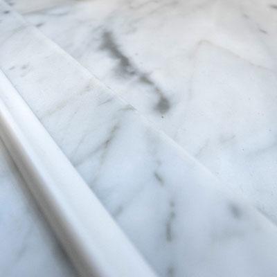 Dušo pagrindas iš balto marmuro