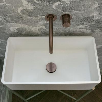 Pastatomas baltas akrilinio akmens praustuvas su metalinėmis kojomis / gamintojas - Gforma