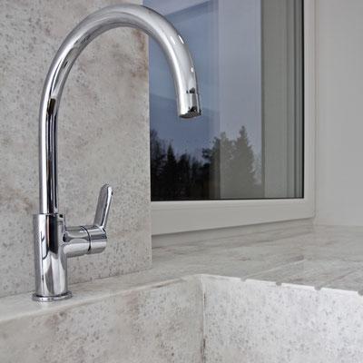 Tarpusavyje sujungti virtuvės stalviršis, palangė, sienelė ir plautuvė iš akrilinio akmens / gamintojas - Gforma