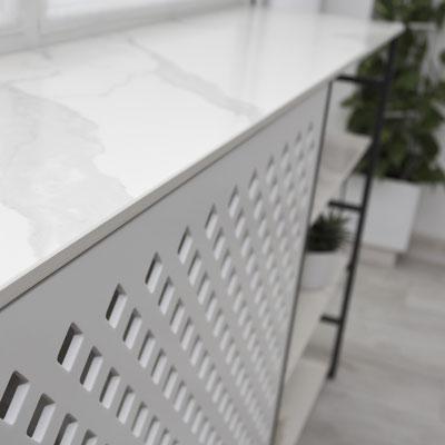 Radiatoriaus uždanga iš skylutėmis frezuoto akrilinio akmens plokštės / gamintojas: Gforma