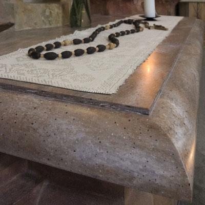 Altorius bažnyčioje iš raudono raštuoto akrilinio akmens / gamintojas: Gforma