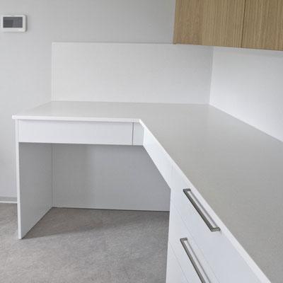 Odontologijos kabineto darbastalis su sienele iš akrilinio akmens / gamintojas: Gforma