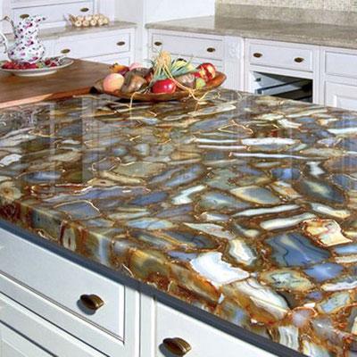 Virtuvės sala su egzotinio akmens stalviršiu