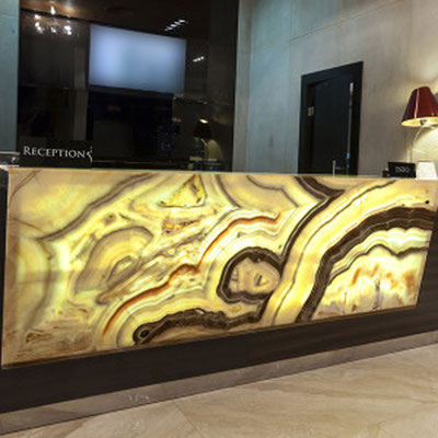 Iš natūralaus onikso akmens pagaminta viešbučio registratūra gali būti peršviečiama