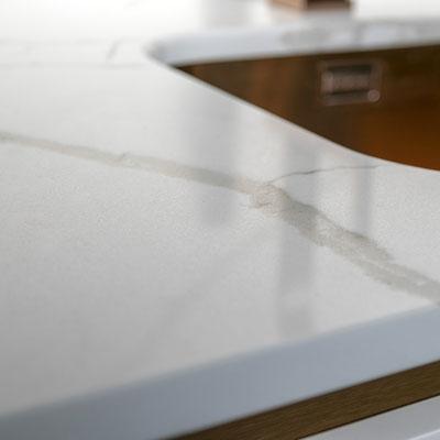Kvarcinio akmens technistone calacata stalviršis virtuvėje