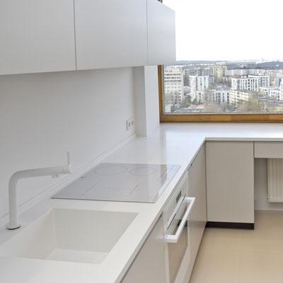Akrilinio akmens stalviršis virtuvėje sujungtas su tos pačios medžiagos palange į vientisą plokštumą / gamintojas - Gforma