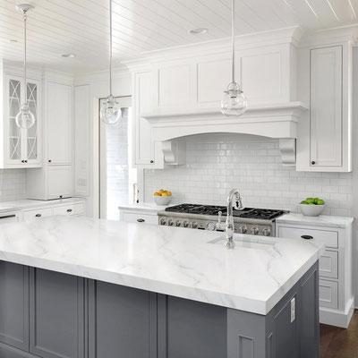 Virtuvės sala su balto marmuro stalviršiu