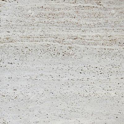 Natūralus travertino akmuo būna su smulkiomis skylutėmis, kurios dažnai užpildomos specialiu skaidriu glaistu (stalviršių plokštės, grindų plytelės)