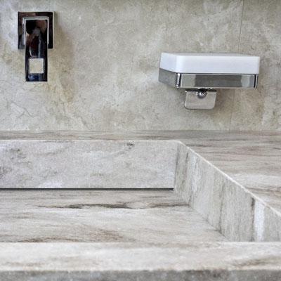 """Vonios praustuvas """"lupis"""" iš akrilinio akmens, priderintas prie keraminių plytelių sienelės / gamintojas: Gforma"""