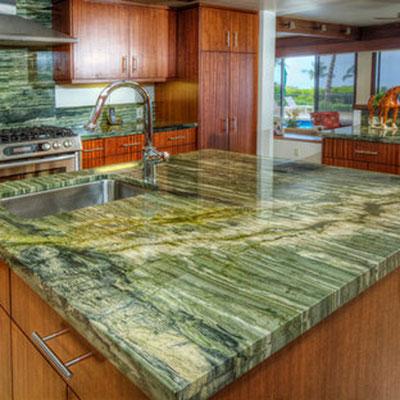 Žalio onikso stalviršis virtuvėje
