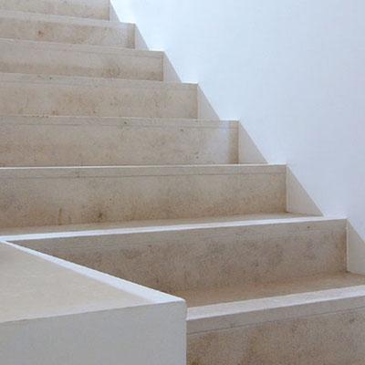 Šviesaus travertino laiptai