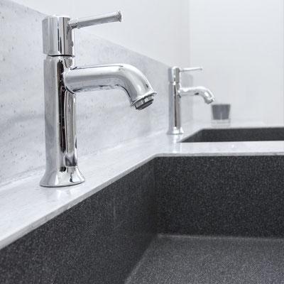 Dvigubas vonios praustuvas, pagamintas iš dviejų spalvų akrilinio akmens Corian / gamintojas: Gforma