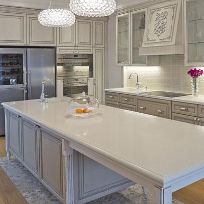 Virtuvės sala iš akrilinio akmens su klasikiniu stiliumi frezuotais kraštais / gamintojas: Gforma