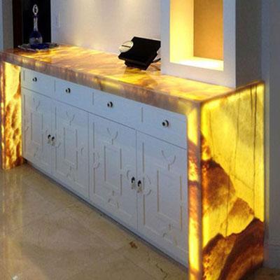 Iš vidaus apšviestas prieškambario baldas su onikso apdaila