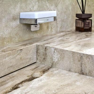 Keturkampis praustuvas lupis vonioje sujungtas su stalviršiu ir sienele iš rusvo raštuoto akrilinio akmens / gamintojas - Gforma