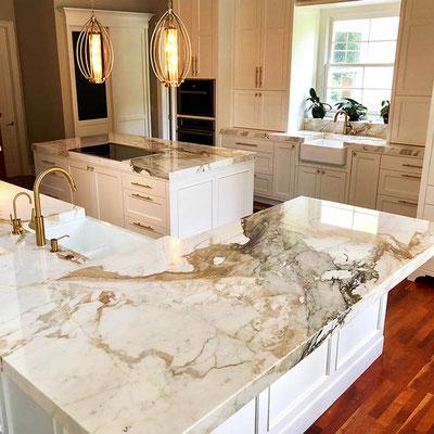 Marmurinis virtuvės stalviršis su dramatiškomis gyslomis