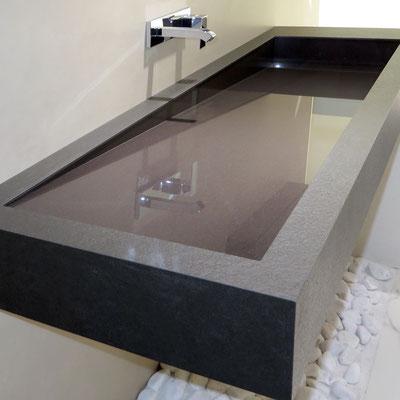 Ilgas keturkampis praustuvas iš keraminio akmens su vandens nuolydžiu per šoną