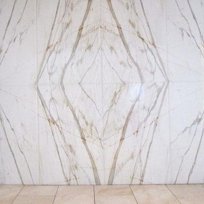 Balta marmurinė siena su gyslomis