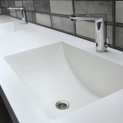 Dvigubas baltas praustuvas iš akrilinio akmens verslo centro wc / gamintojas - Gforma
