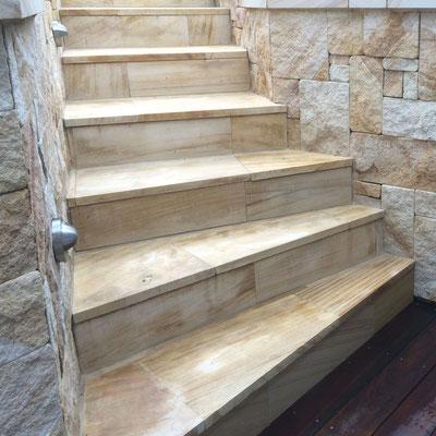 Smiltainio akmens laiptai