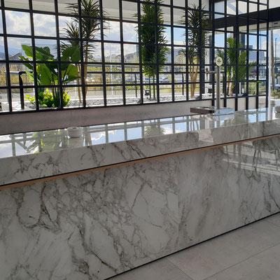 Lauko baras iš sensa granito didelės gamyklos restorano terasoje Ispanijoje