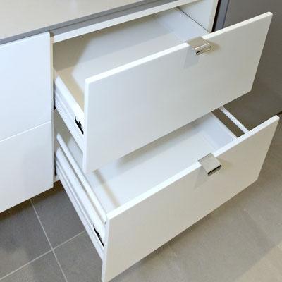 Akrilinio akmens stalčiai skalbimo kambaryje / gamintojas: Gforma