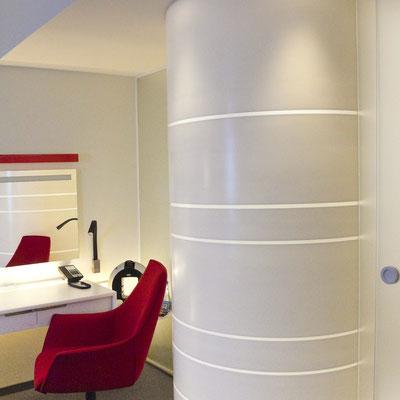Taip iš išorės atrodo dušo kabina iš akrilinio akmens su išfrezuotomis šviesai laidžiomis juostomis / gamintojas - Gforma