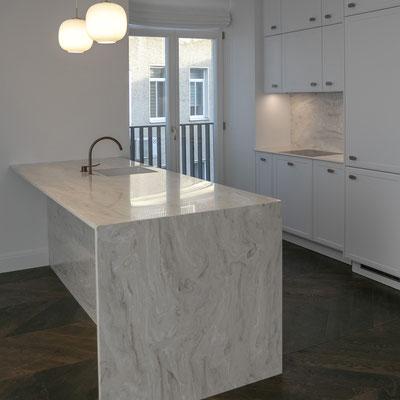 Virtuvės sala ir stalviršis su sienele iš akrilinio akmens / gamintojas: Gforma