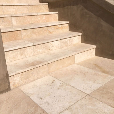 Lauko laiptai iš travertino akmens
