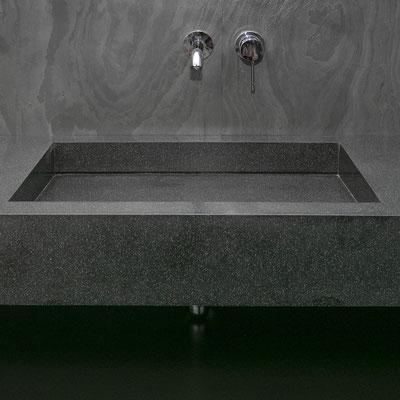 Juodo akrilinio akmens praustuvas su vandens išbėgimu palei galinę sienelę / gamintojas - Gforma