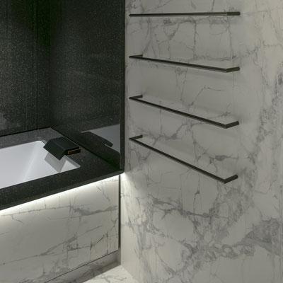Keraminio akmens siena ir apdailos detalės vonioje