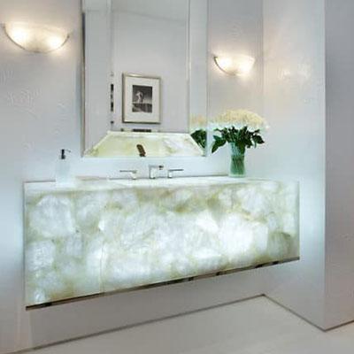 Peršviečiamas miegamojo stalelis iš balto kvarcito