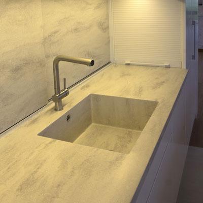 Akrilinio akmens virtuvės stalviršis su plautuve ir slankiojančia tos pačios medžiagos sienele-durelėmis / gamintojas: Gforma